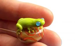 брошь с лягушонком, лягушка лэмпворк, лампворк лягушонок, брошка с жабой