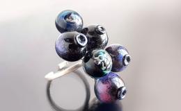 кольцо с ягодами, черника лэмпворк, крупный авторский перстень лэмпворк купить, необычное кольцо ручной работы